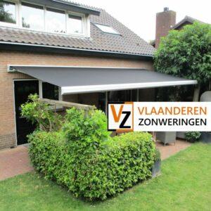 Afbeelding: Knikarmscherm antraciet voor een terras