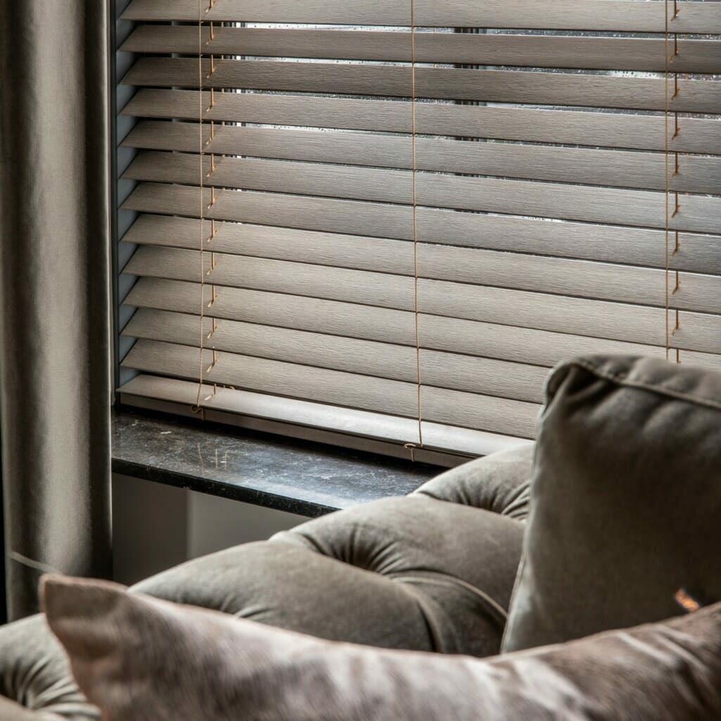 Afbeelding: Houten jaloezie, raambekleding voor een warme en moderne uitstraling. De trend van 2021.